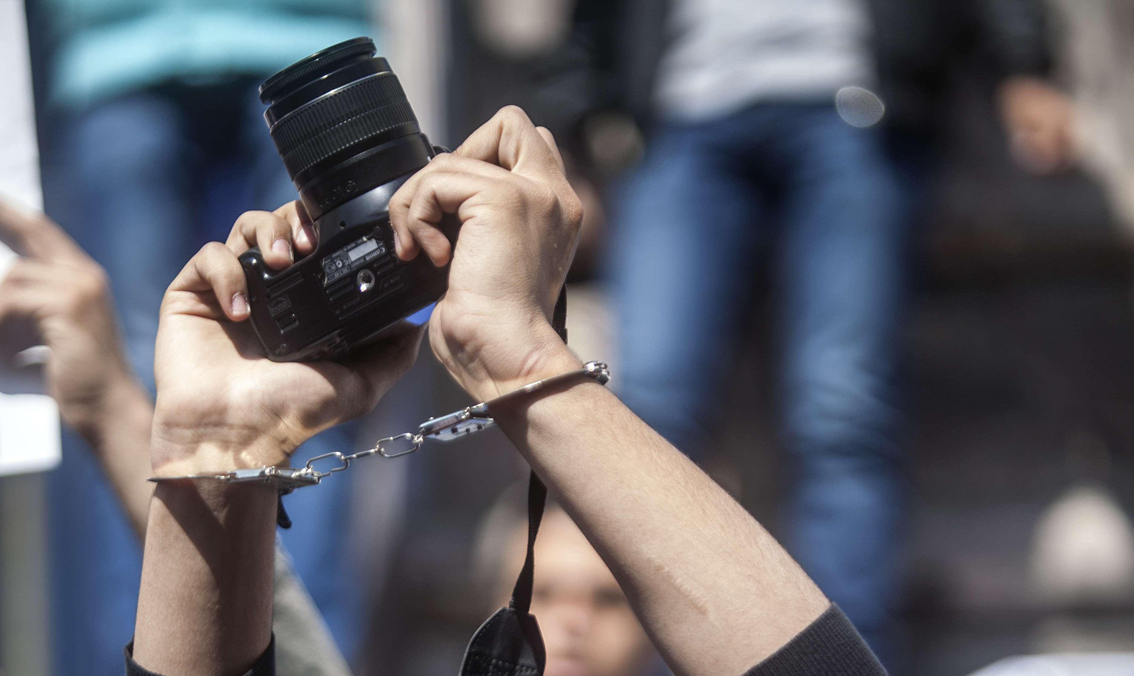 العمل الصحفي في مصر أصبح مغامرة وأعداد الصحفيين في السجون وصلت أرقاماً غير مسبوقة