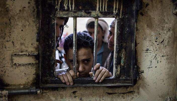 اليمن: قوات الحوثي تحتجز السجناء في مقرات عسكرية وقوات التحالف تقصفهم
