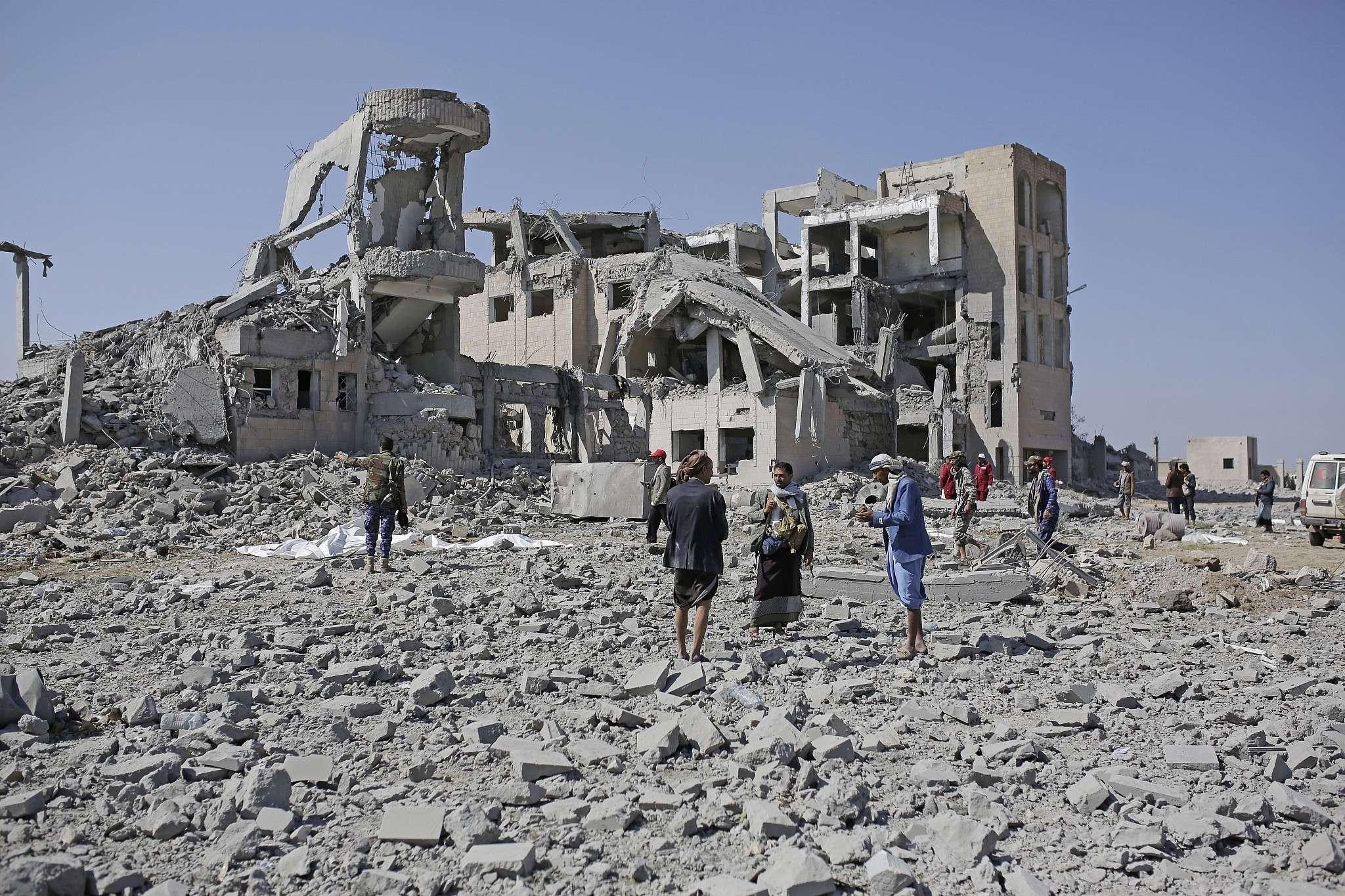 الأورومتوسطي يحذّر من عمليات نقل مريبة لسجناء يمنيين إلى مواقع تعرّضت لغارات سابقة