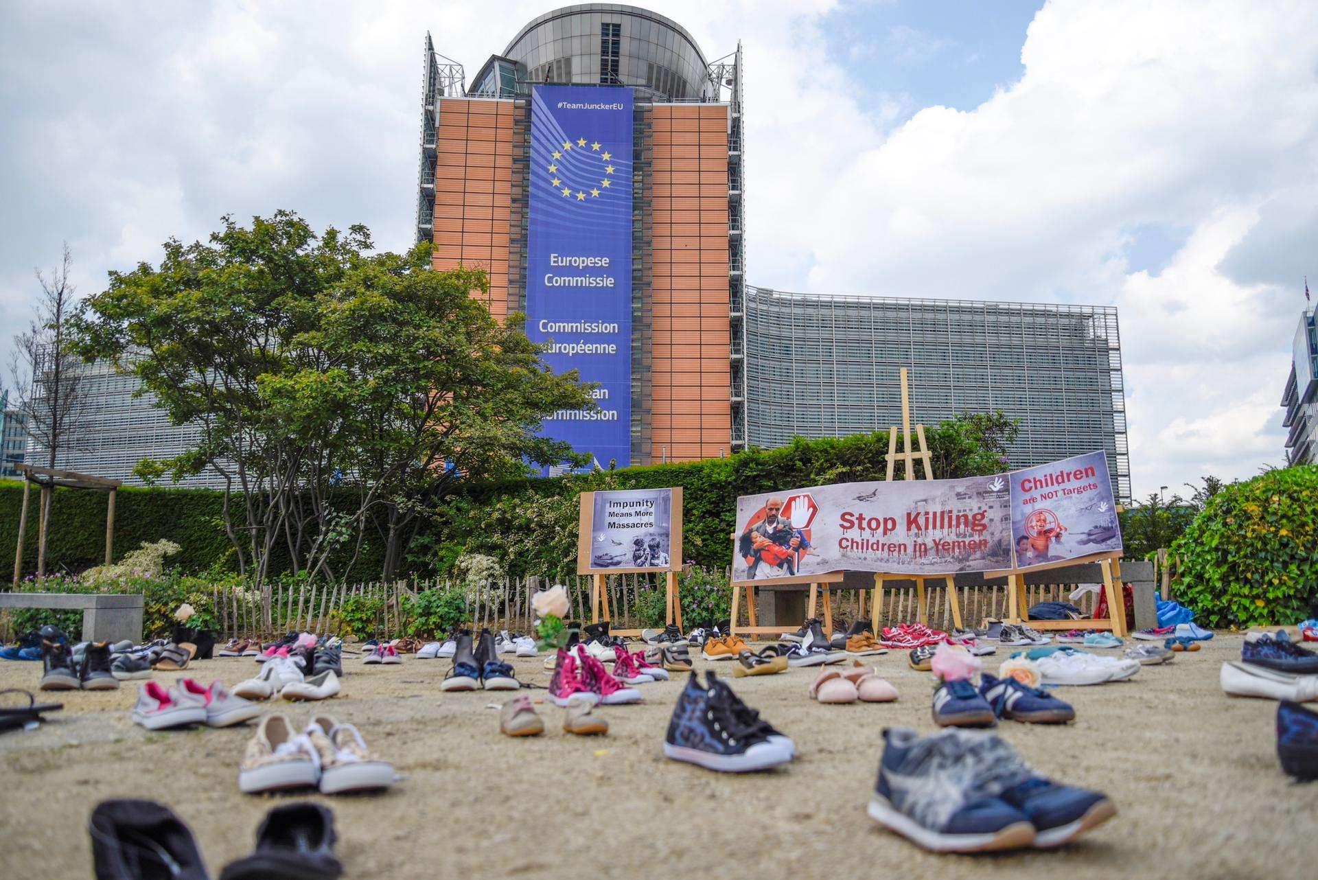 مقتل وإصابة 12 ألف طفل منذ بدء هجمات التحالف..مئات الأحذية في ساحة مقر المفوضية الأوروبية احتجاجًا على الجرائم بحق أطفال اليمن