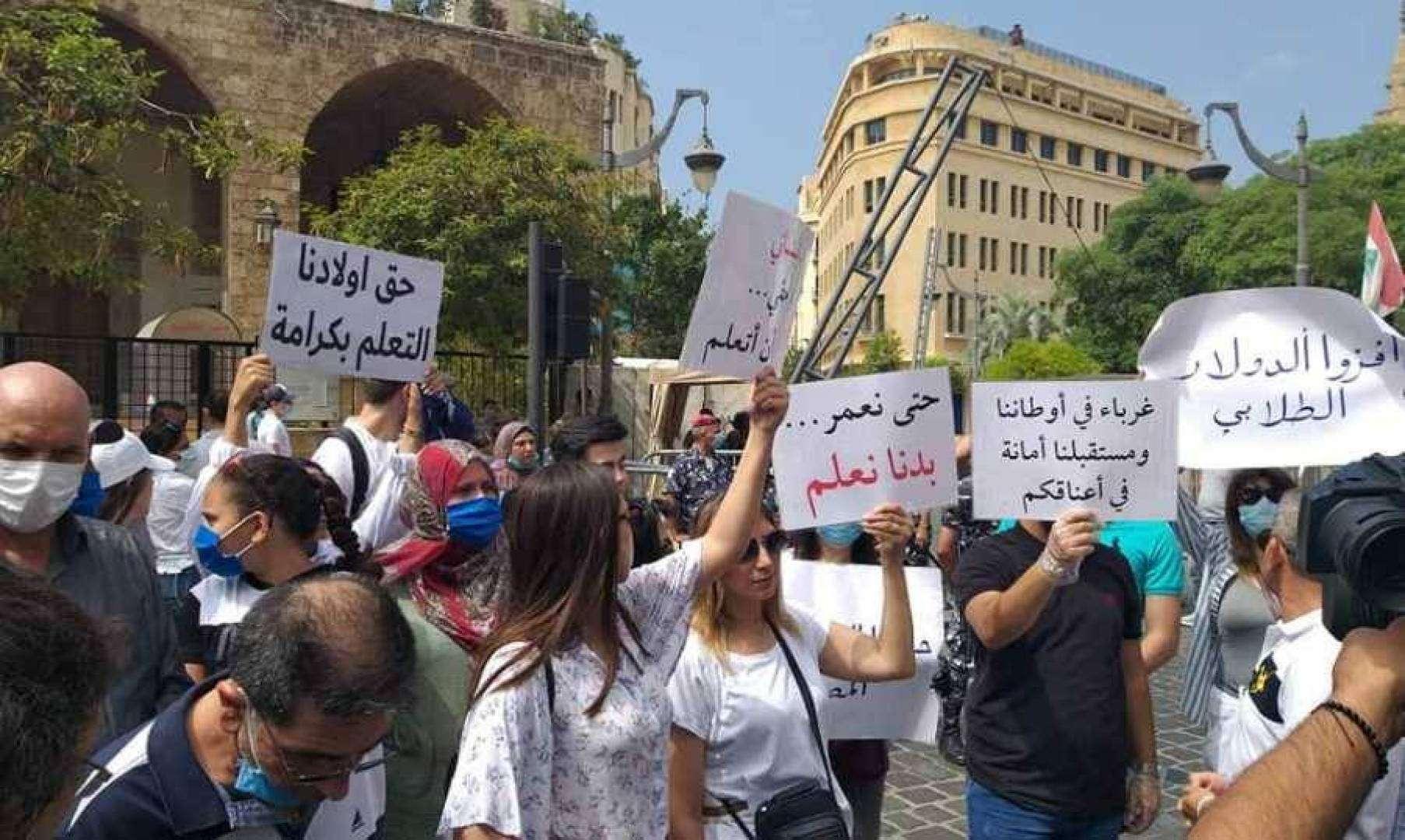 لبنان.. القيود على التحويلات تهدد المسيرة التعليمية للطلبة المغتربين