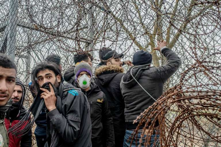 عالقون على امتداد طريق البلقان: إجراءاتٌ مهينة وغير قانونية ضد المهاجرين وطالبي اللجوء
