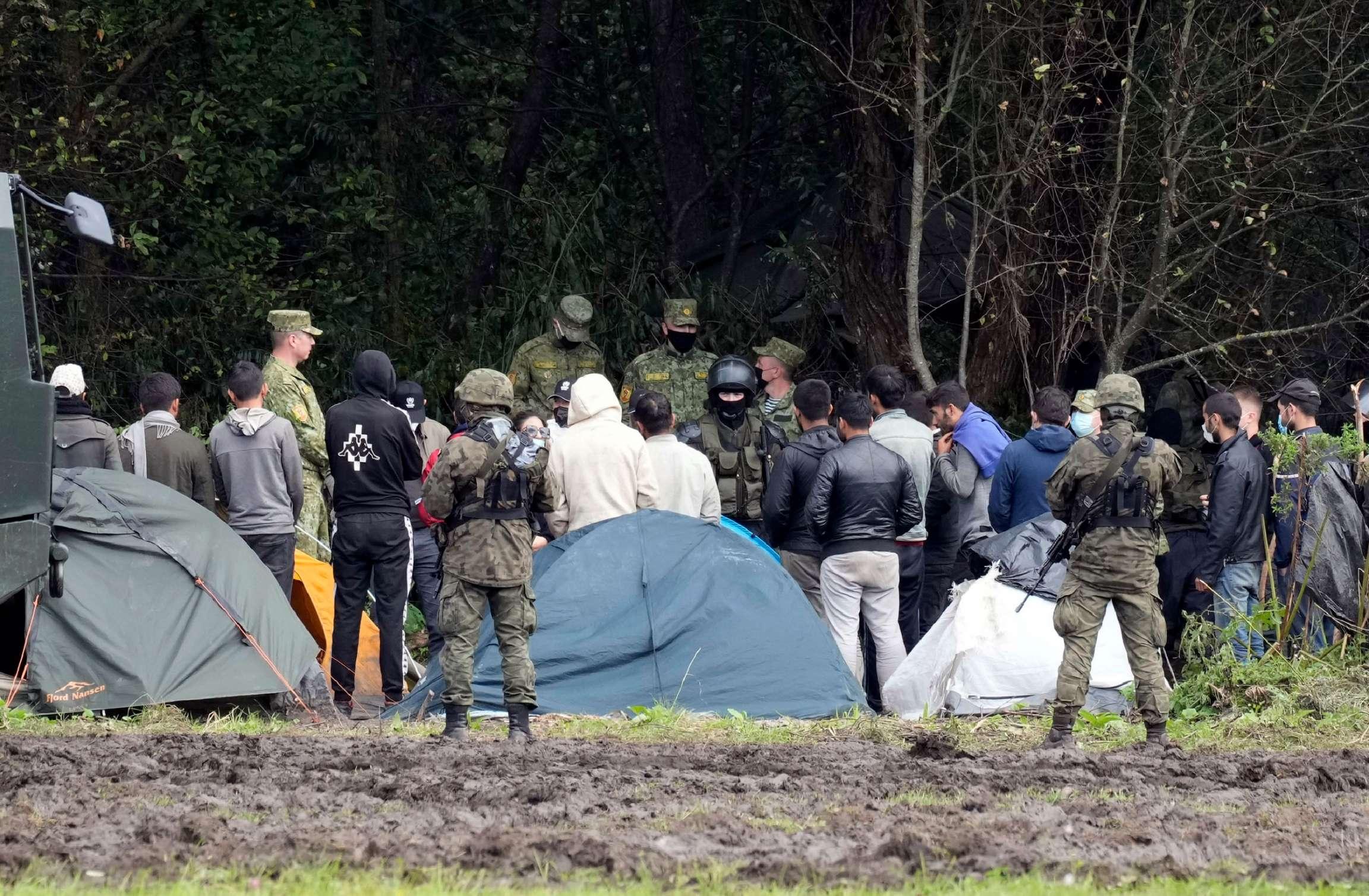 بولندا.. صد المهاجرين ينتهك القانون الأوروبي والدولي