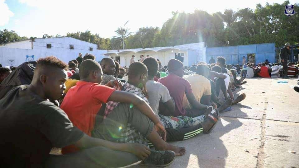 Libye: Un migrant tué par les forces de sécurité et 4 000 autres détenus en une journée