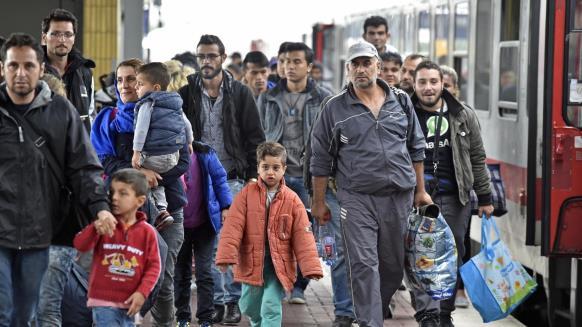 إسبانيا تنقذ لاجئين والمئات يصلون اليونان